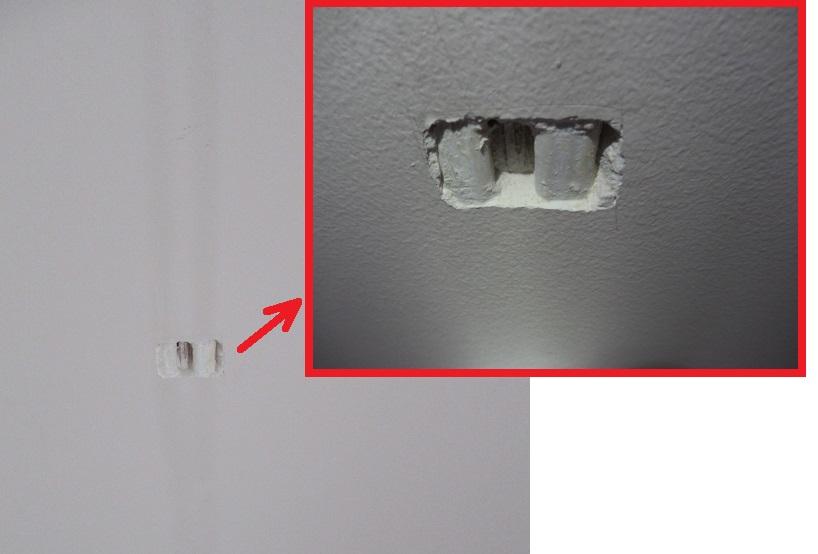 odbior mieszkania - odbior tynkow zbyt plytko ulozone przewody w scianie, ciemne pasy na scianach